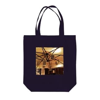 パラソルと洋書 Tote bags