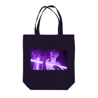 光を抱える女性像 Tote bags