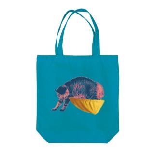 威嚇するニャン Tote bags