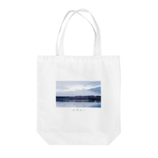 冬の湖 Tote bags