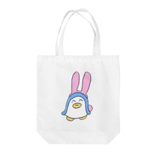 うさぎのコスプレをするペンギン Tote bags