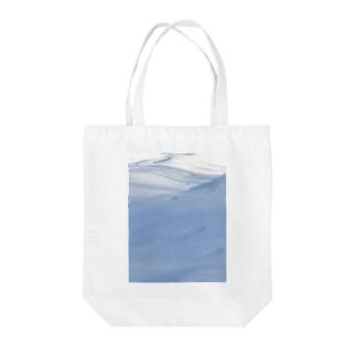 雪と影と足跡 Tote bags