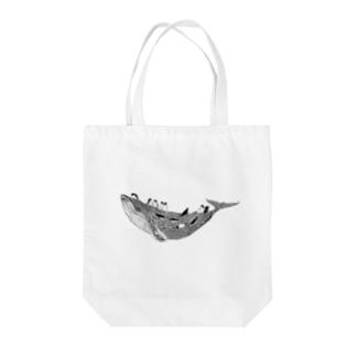 空のクジラとペンギンたち Tote bags