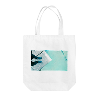 古春一生(Koharu Issey)の今日じゃない。(靴と海) Tote bags