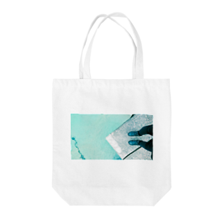 古春一生(Koharu Issey)の今日じゃない。(海と靴) Tote bags