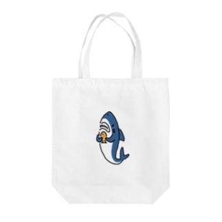 たい焼きを手にするサメ Tote bags