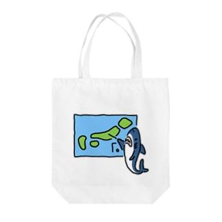 天気を予想するサメ Tote bags