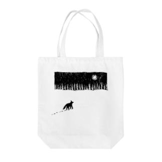 雪原の犬 Tote bags