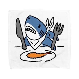 エビフライを食べようとするサメ Towel handkerchiefs