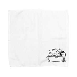 クマの入浴介助をするネコ Towel handkerchiefs