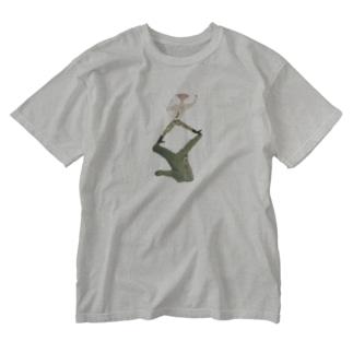 ワニと暮らす男 Washed T-shirts