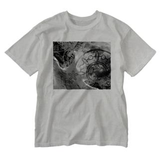 suparnaのCOSMOS 手を伸ばせば宇宙 モノクロ Washed T-shirts