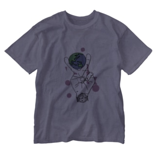 地球をピースではさむ Washed T-shirts