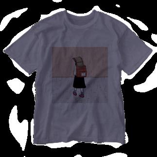 森本大百科の雨を避けるために教科書を犠牲にする少女 Washed T-shirts