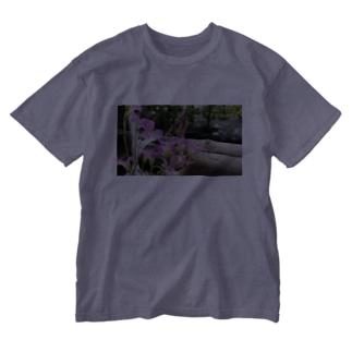 庭の紫片喰 Washed T-shirts