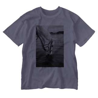 Hollywayの白い馬 ビーチ 白黒写真 Washed T-Shirt