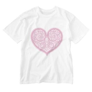 ゴージャスなアクセサリーのようなピンクのハートマーク Washed T-shirts