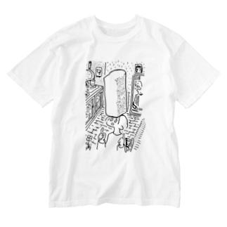 焼きたてのパンで遊ぶ女 Washed T-shirts