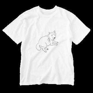 mnuのこっちをみている柴犬 Washed T-shirts
