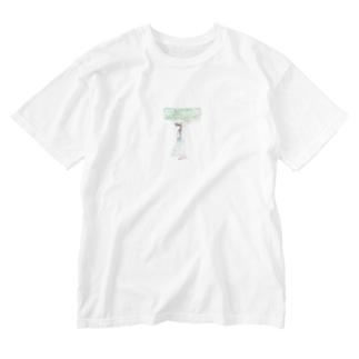 木陰で休む少女 Washed T-shirts
