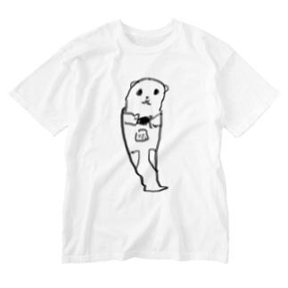 餌を食べるラッコ Washed T-shirts