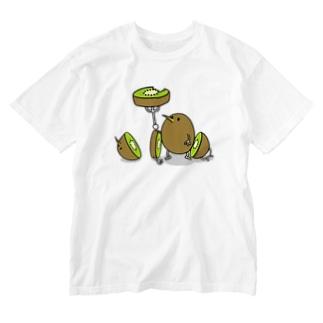 キウイを食べるおいしいキウイ Washed T-shirts