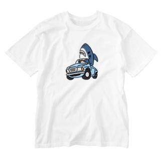 古めのくるまに乗るサメ Washed T-shirts