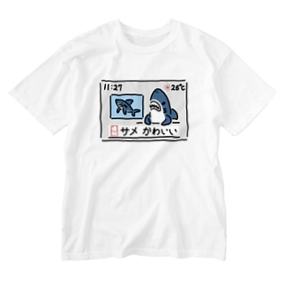 ニュースを伝えるサメ Washed T-shirts