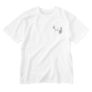 ラベンダーと白猫さん Washed T-shirts