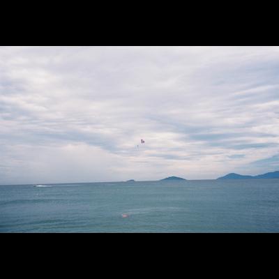 くもりの海でパラシュート