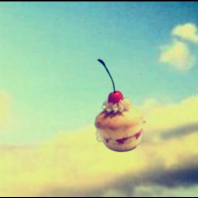 浮遊するチェリーマフィン