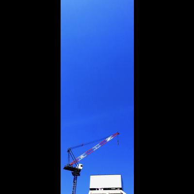 タワークレーンと青空