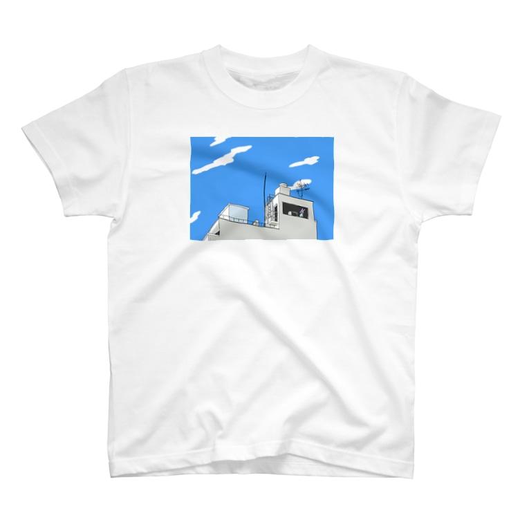 rabit____のビルに佇む T-Shirt
