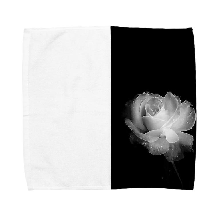 Ribbon-corsage*の漆黒の闇に浮かび上がる白薔薇 Towel handkerchiefs